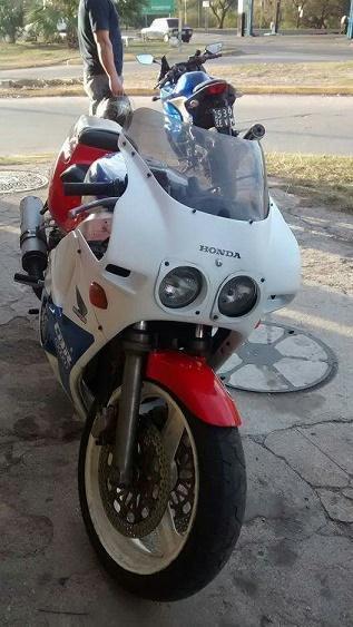 Vendo Honda CBR 400. Mod 89. Recibo Menor