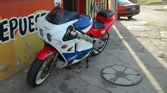 Vendo Honda CBR 400cc. Mod.89. Recibo menor
